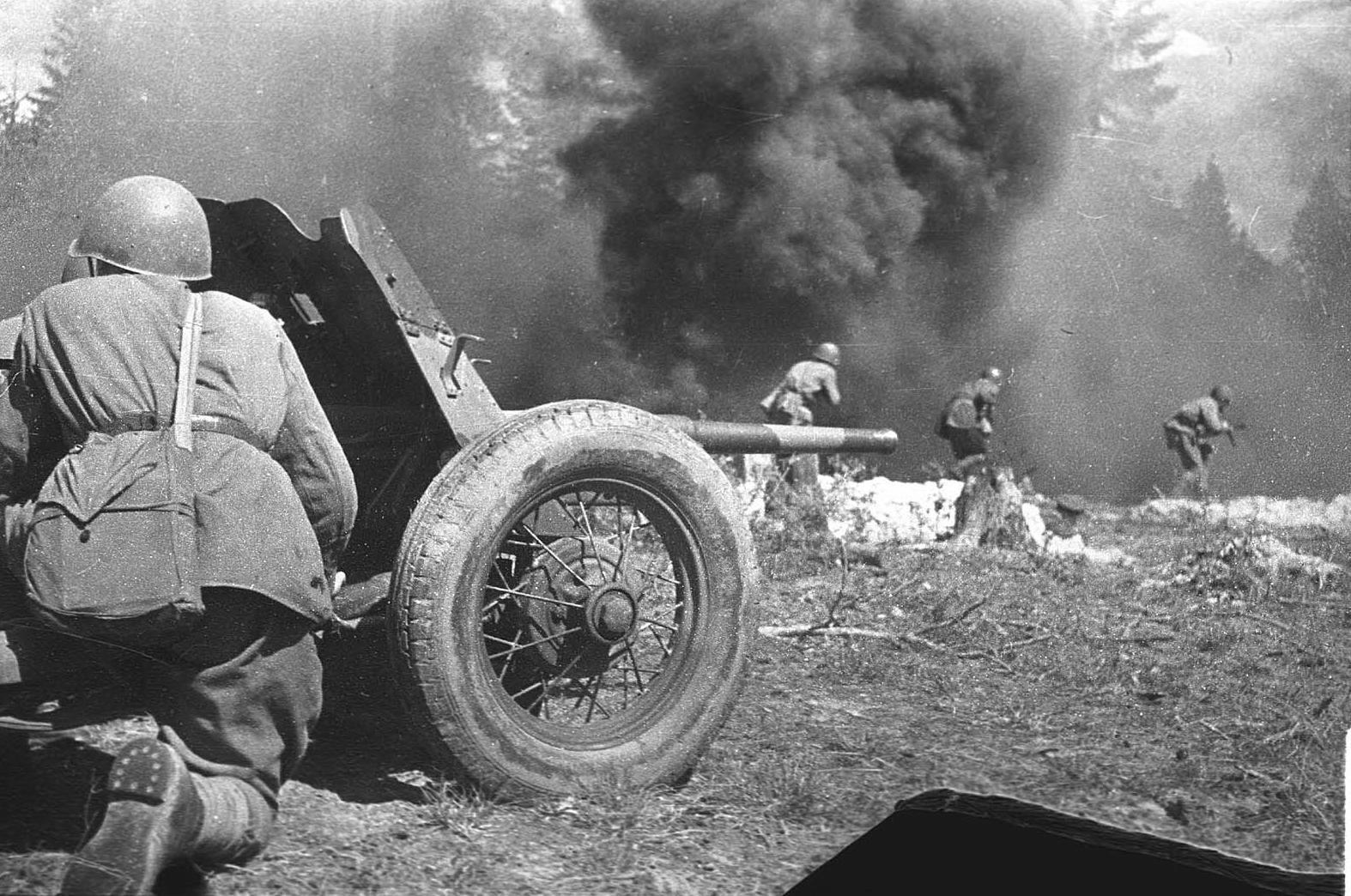 45-мм противотанковая пушка прикрывает пехоту