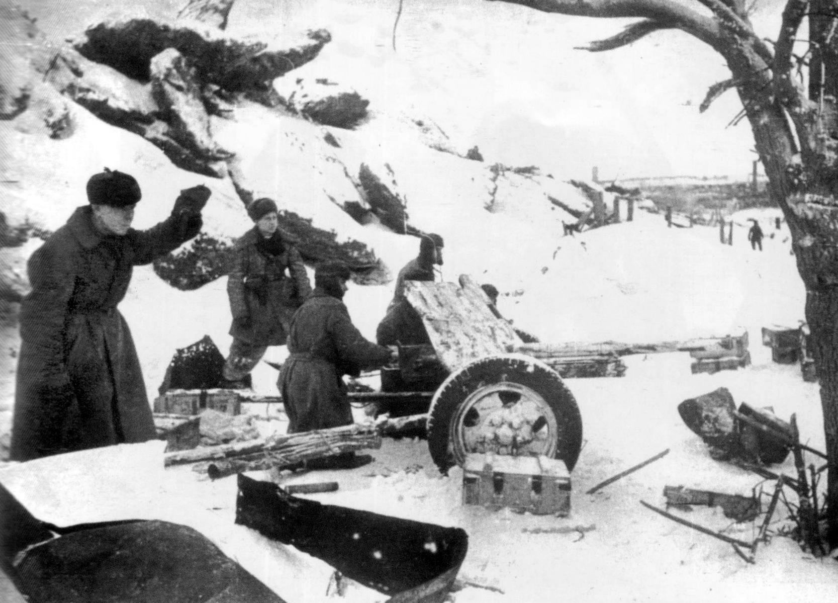 45-мм противотанковая пушка ведет бой зимой
