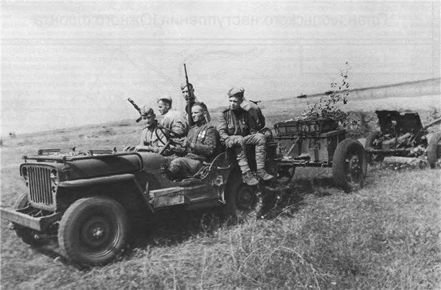 Истребители танков на джипе Виллис буксируют 45-мм противотанковую пушку