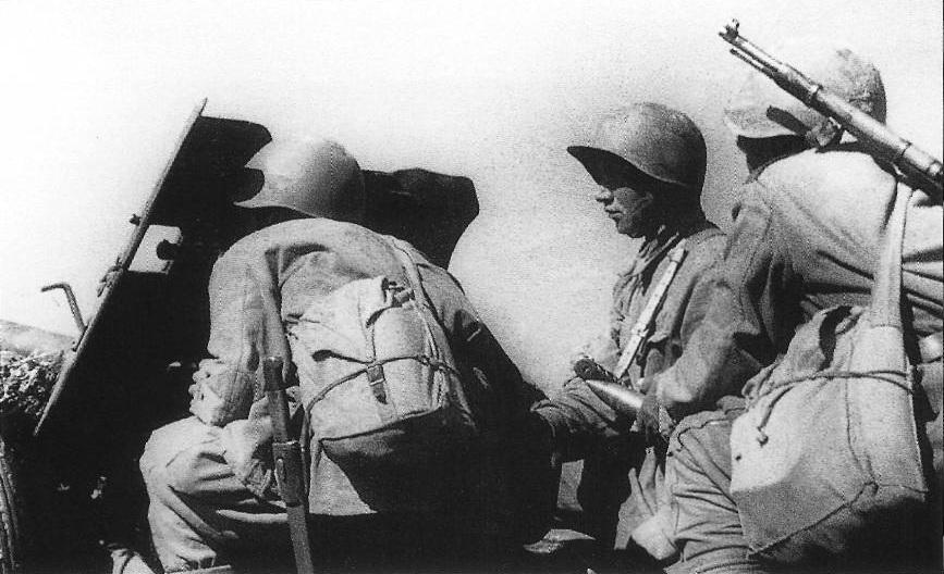 45-мм противотанковая пушка ведет бой фото