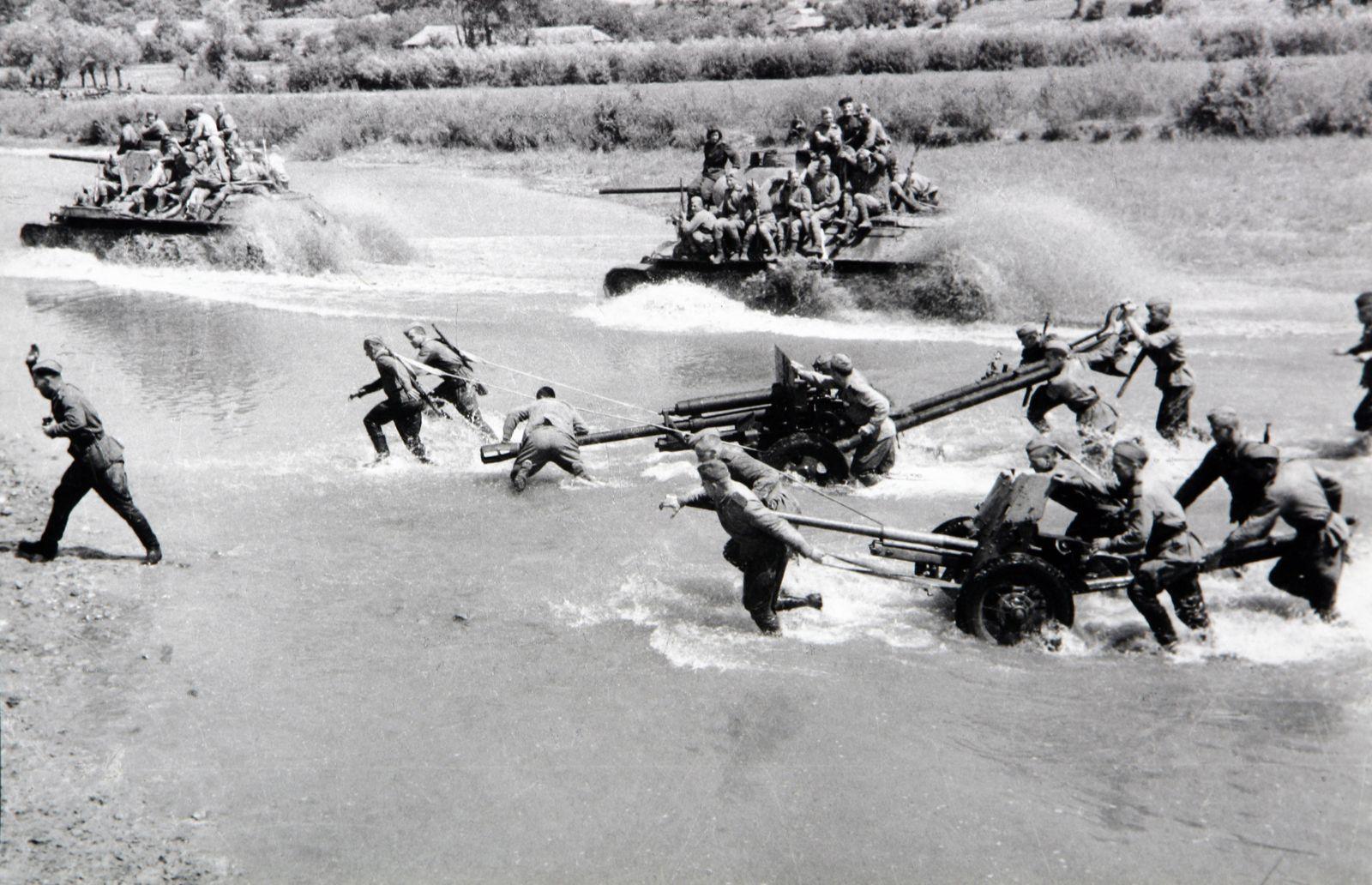 Расчеты артиллерии форсируют водную преграду