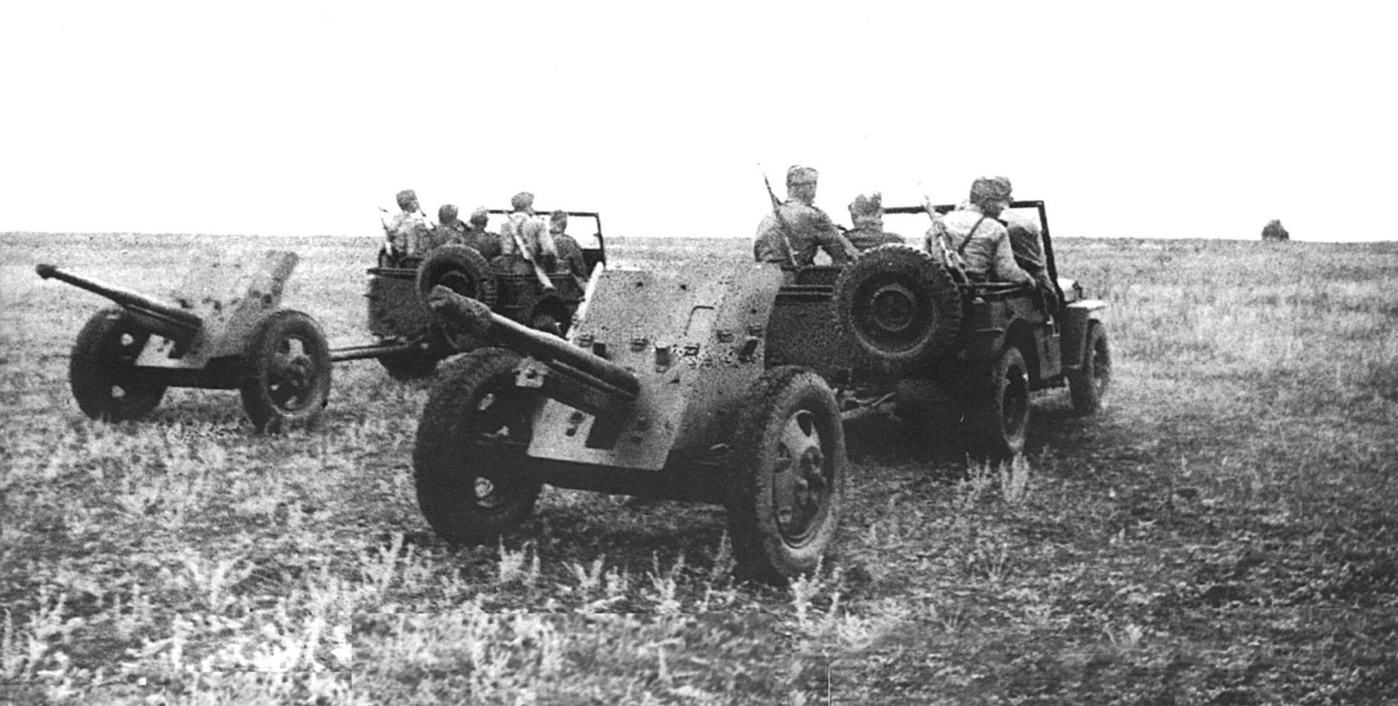 Джипы Виллис буксируют 45-мм противотанковые пушки