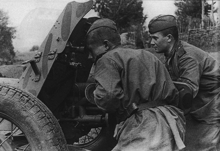 Расчет 45-мм противотанковой пушки из части ИПТА, 1943 год.