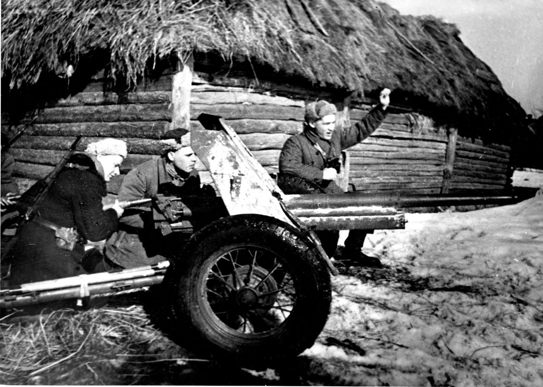 советская 45-мм противотанковая пушка в зимнем камуфляже