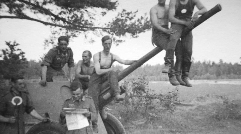 немцы на трофейной пушке Ф-22