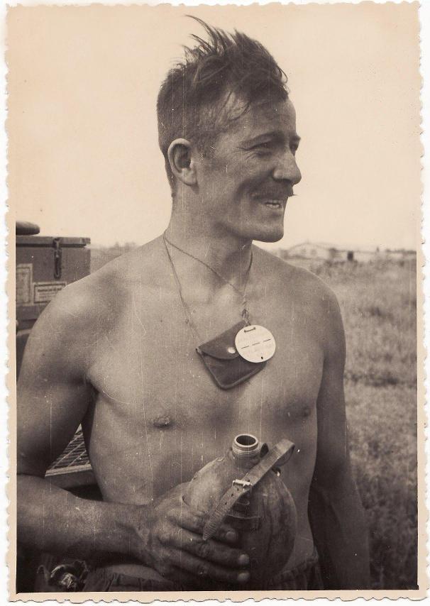 Фотография немецкого солдата с жетоном