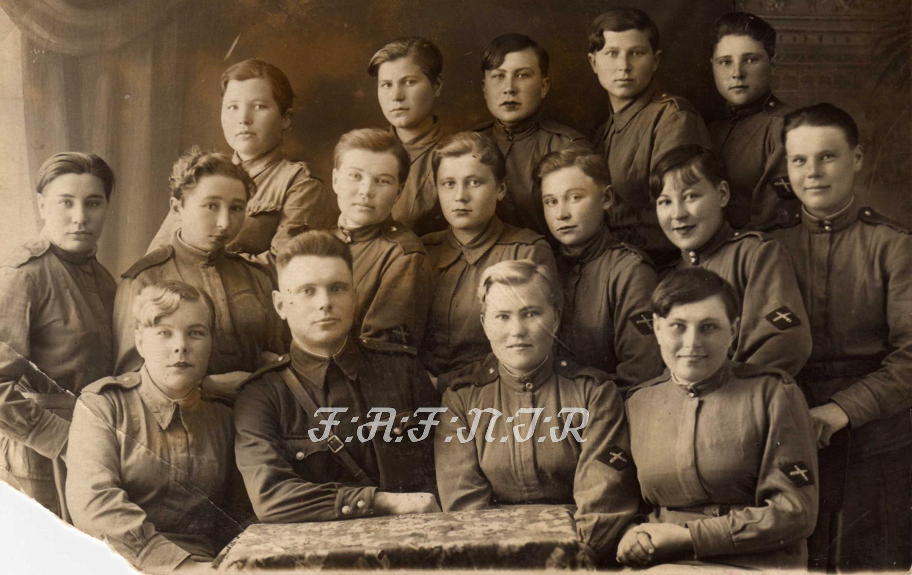 Девушки с нарукавным ромбом ИПТА, 1943 год.