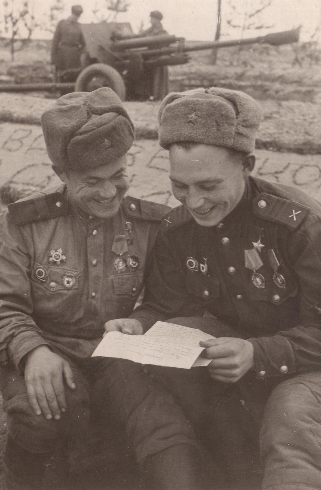 Фотография сержантов с нарукавным ромбом ИПТА