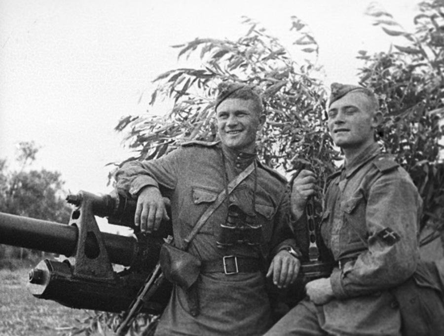 Бойцы ИПТА. Командир орудия старший сержант Н.Жуков (слева) и наводчик младший сержант С.Твертин. Курская дуга. Июль 1943 года.