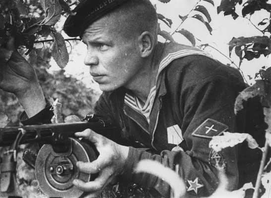 Краснофлотец из морской пехоты с нарукавным знаком ИПТА.