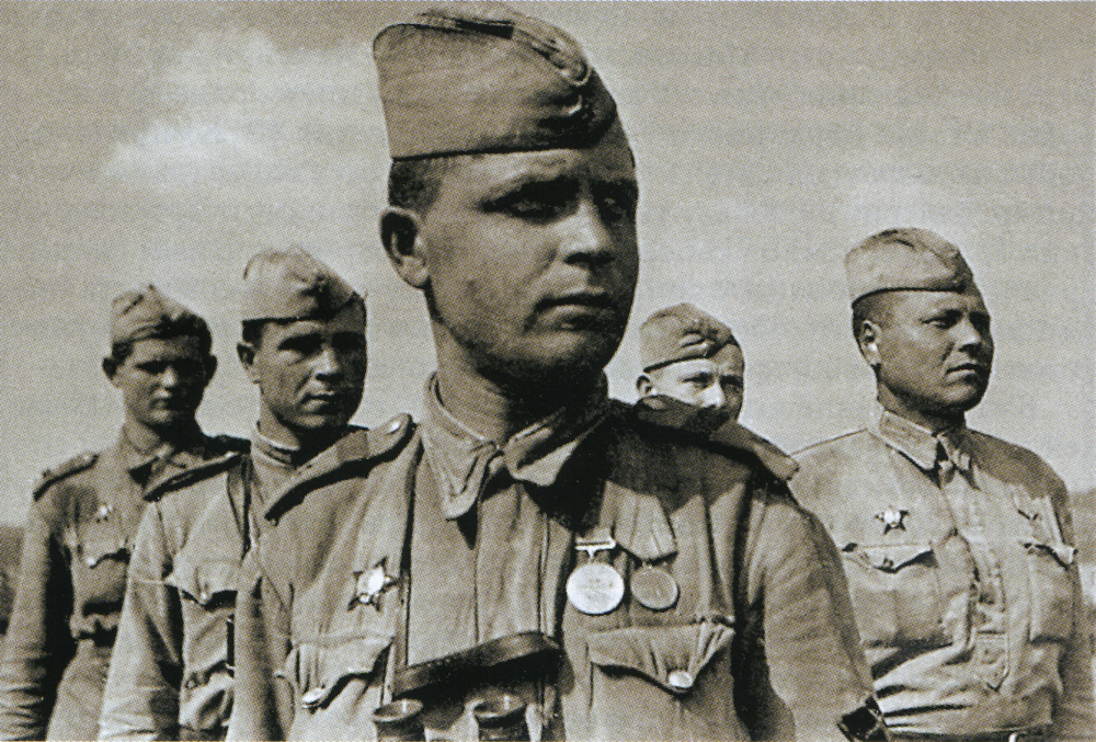 Фото с нарукавным знаком ИПТА, 1943 год.