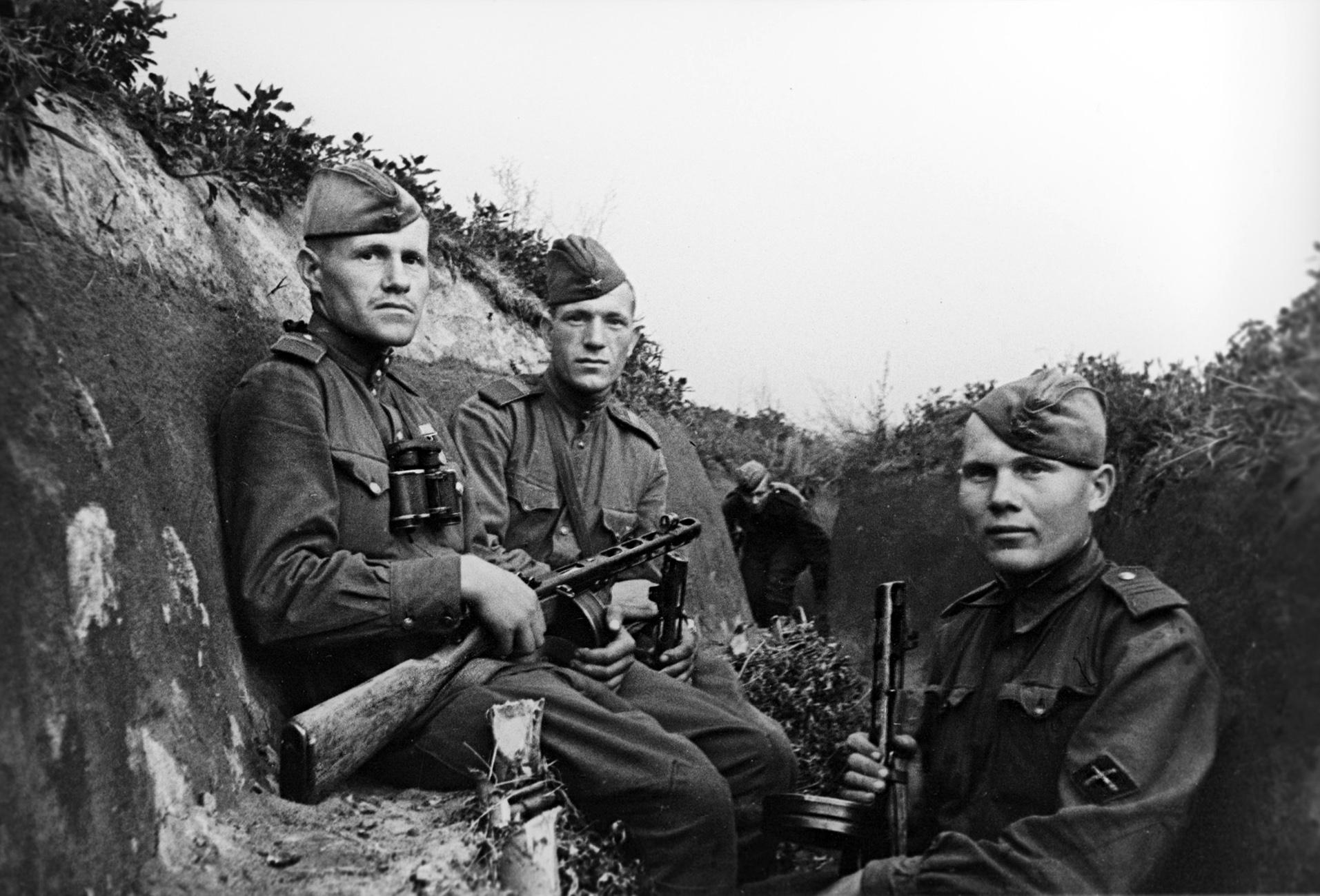 Солдаты противотанковой артиллерии РККА с нарукавными знаками.