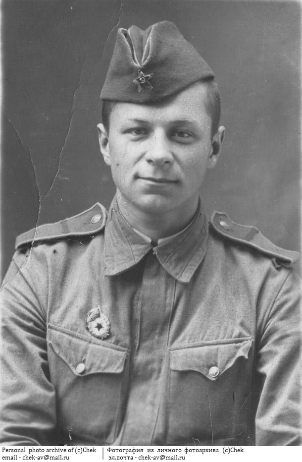 Фотография советский солдат в офицерской пилотке