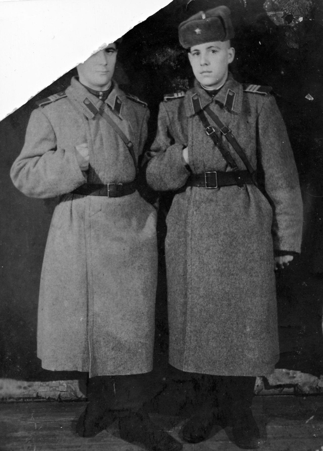 Сержанты в шинелях РККА. 1945 г.