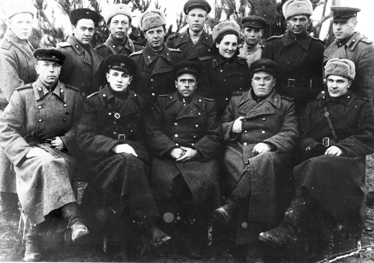 Советские офицеры в шинелях РККА, 1943 г.