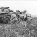 бронебойщики на фоне подбитого немецкого танка