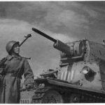 Советский бронебойщик на фоне подбитого итальянского танка