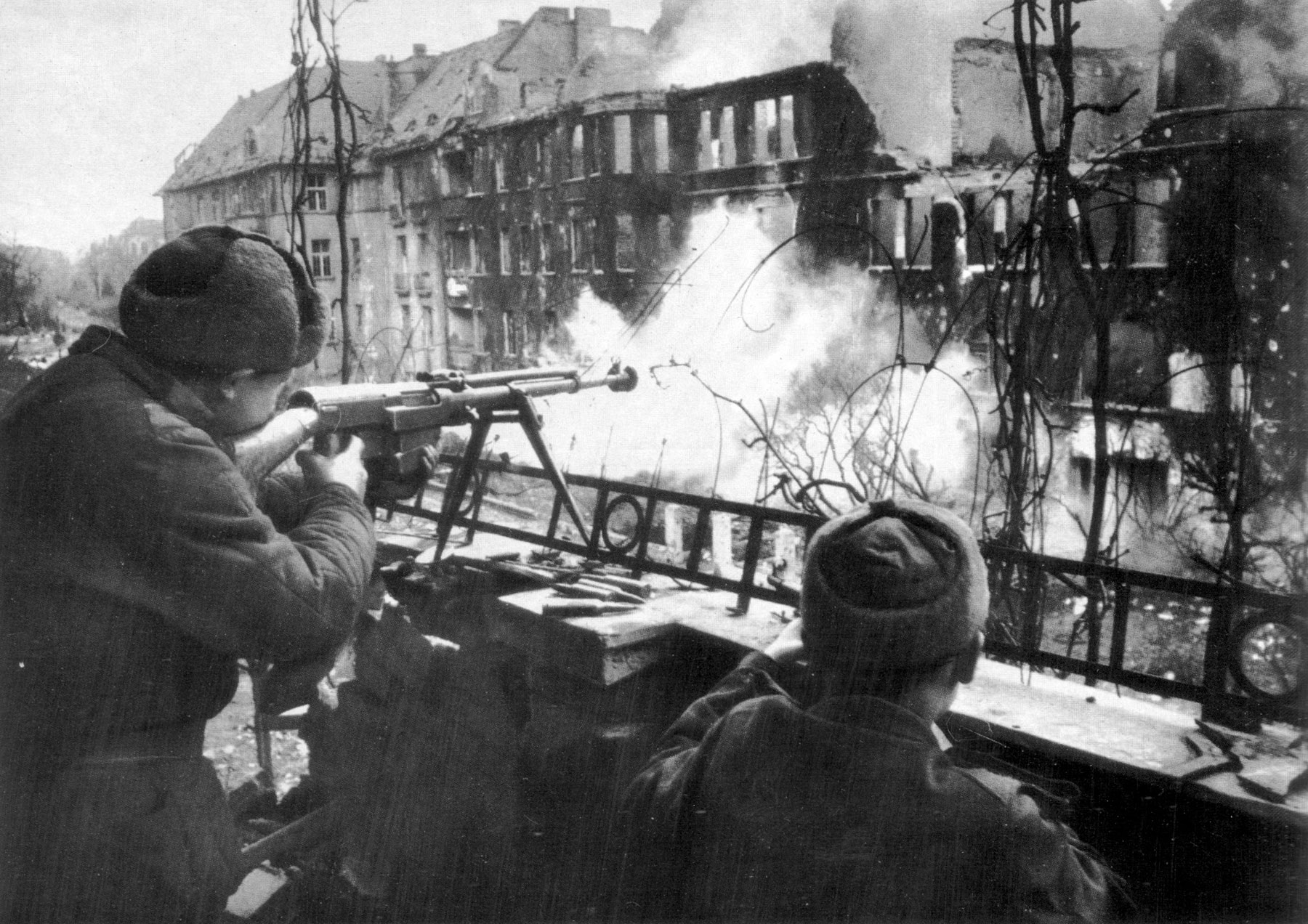 Бронебойщики ведут огонь из ПТРС