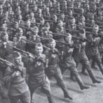 Бронебойщики проходят маршем со своими 14,5-мм противотанковым ружьем ПТРД.