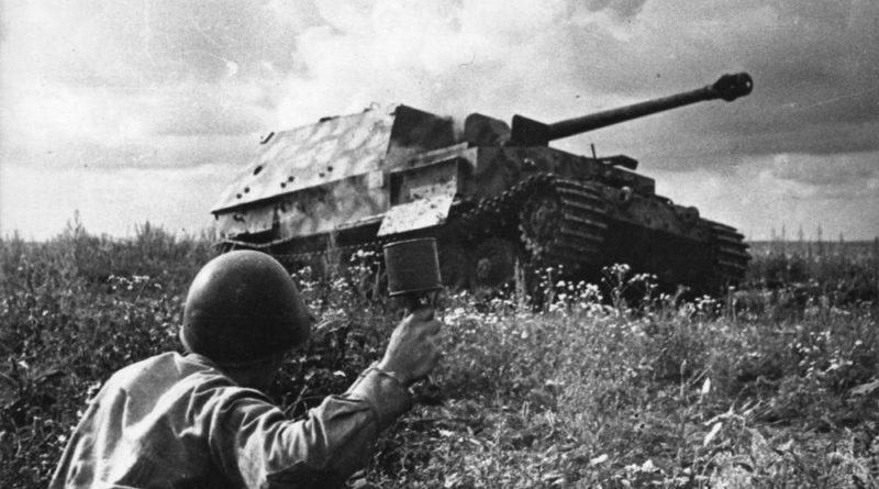 солдат с противотанковой гранатой РПГ 40