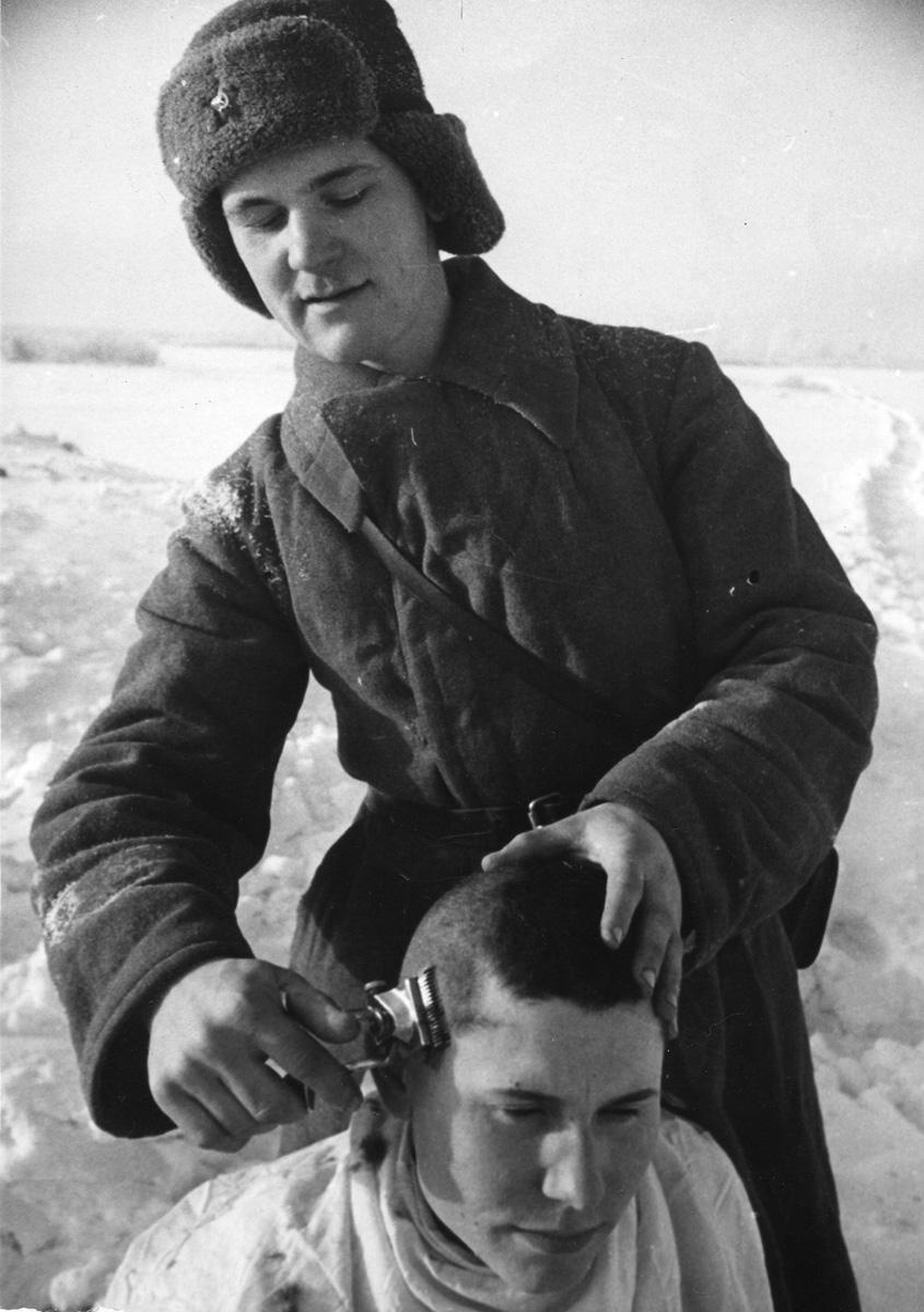 стрижка солдата РККА