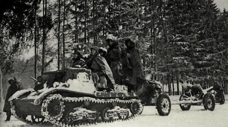 тягач Комсомолец буксирует 45-мм противотанковую пушку зимой