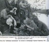 Немецкие солдаты ловят вшей в своей одежде.