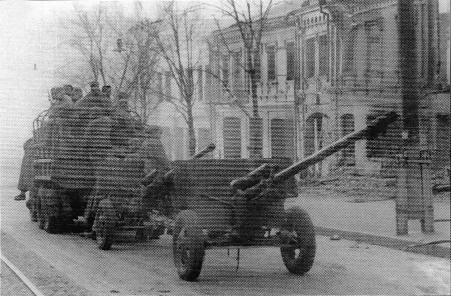 Фотография ЗИС-2. Две пушки буксирует один грузовик.