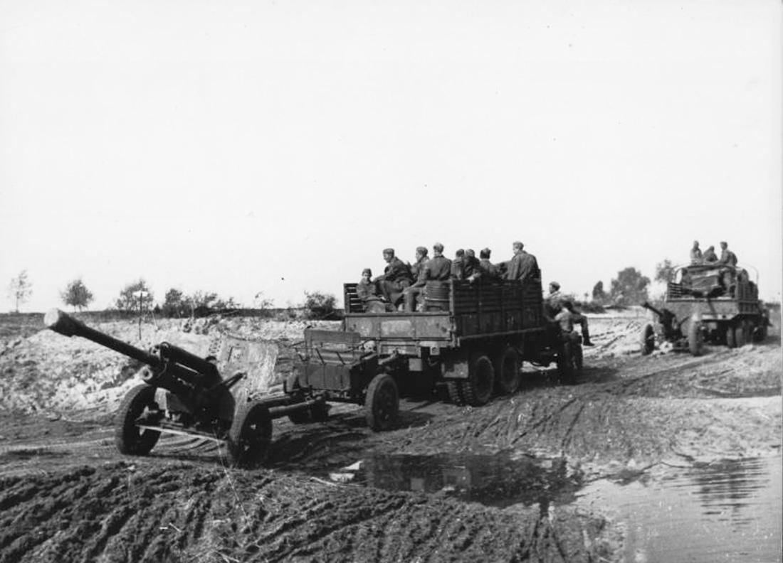 Грузовики буксируют пушки ЗиС-3