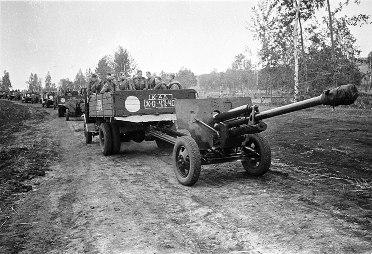 грузовик ЗиС 5 буксирует пушку ЗиС-3