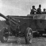 фото - Немецкий трофейный тягач Sd.Kfz. 251 буксирует пушку ЗиС-3.