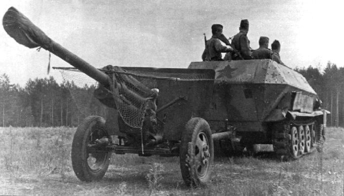 фото - Немецкий трофейный бронетранспортёр Sd.Kfz. 251 буксирует пушку ЗиС-3.