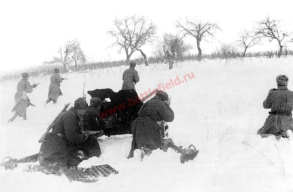 45-мм противотанковая пушка поддерживает наступающую пехоту