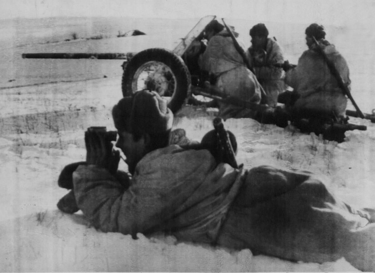 расчет 45-мм противотанковой пушки ведет бой зимой
