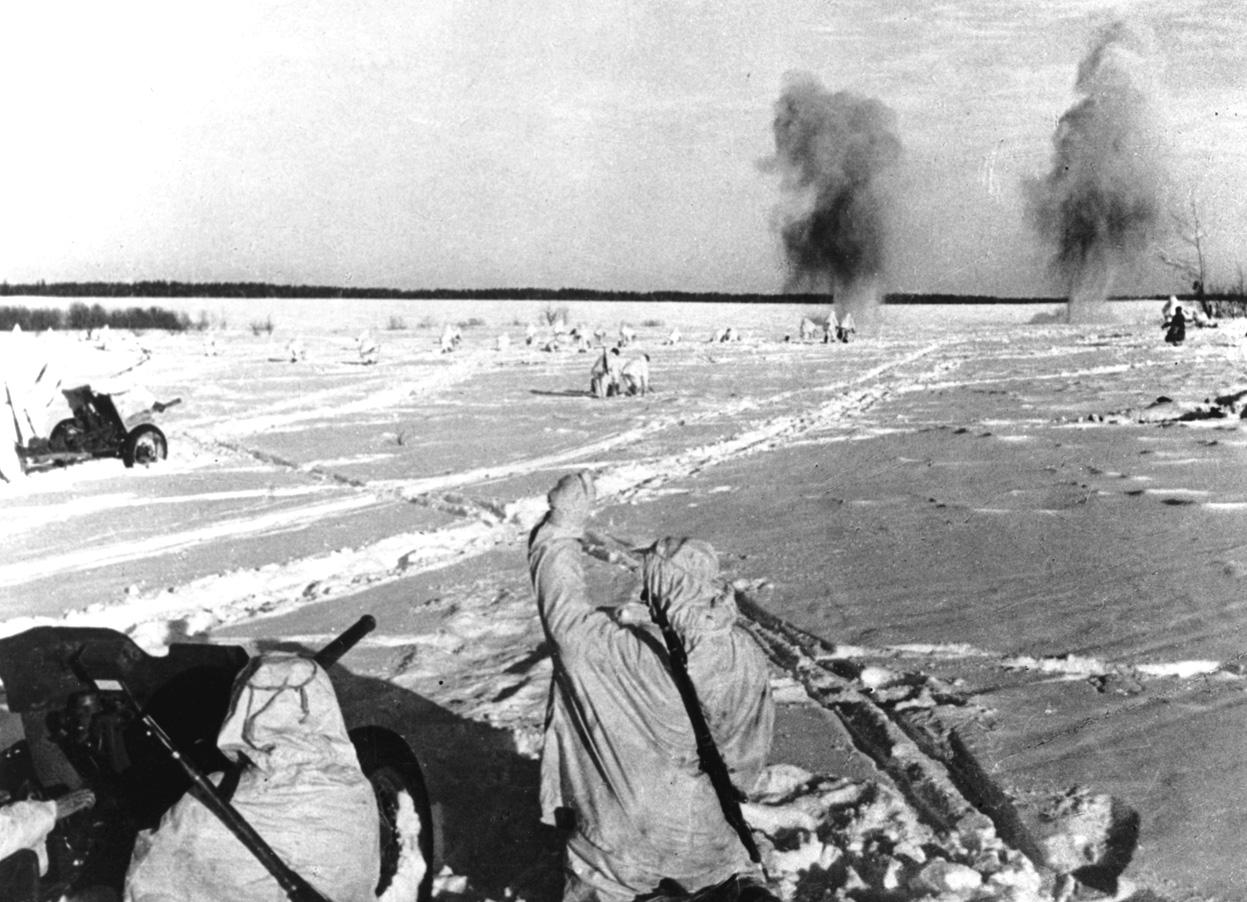 Расчеты 45-мм противотанковых пушек поддерживают огнём наступающую пехоту