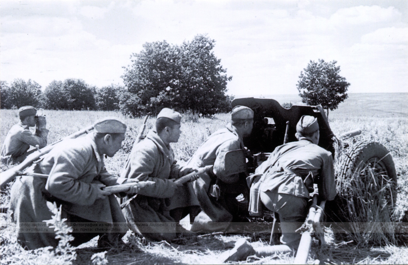 45-мм противотанковая пушка ведет бой