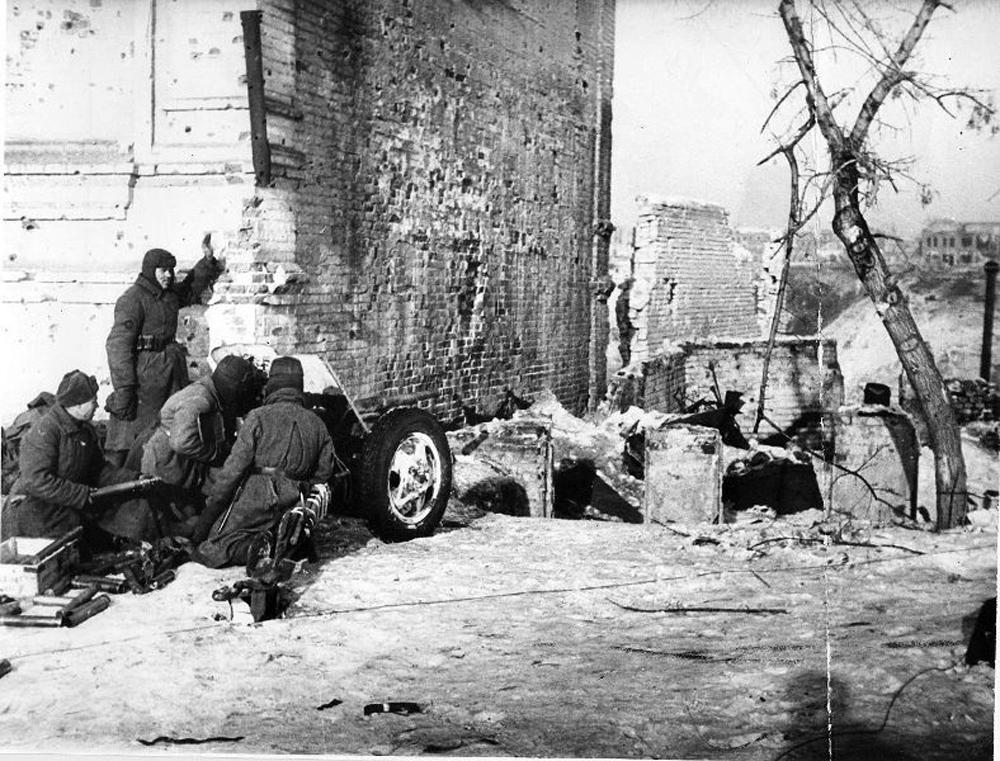 45-мм противотанковая пушка в зимнем камуфляже