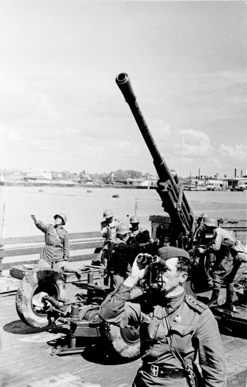 Расчет 85-мм зенитной пушки ведет бой