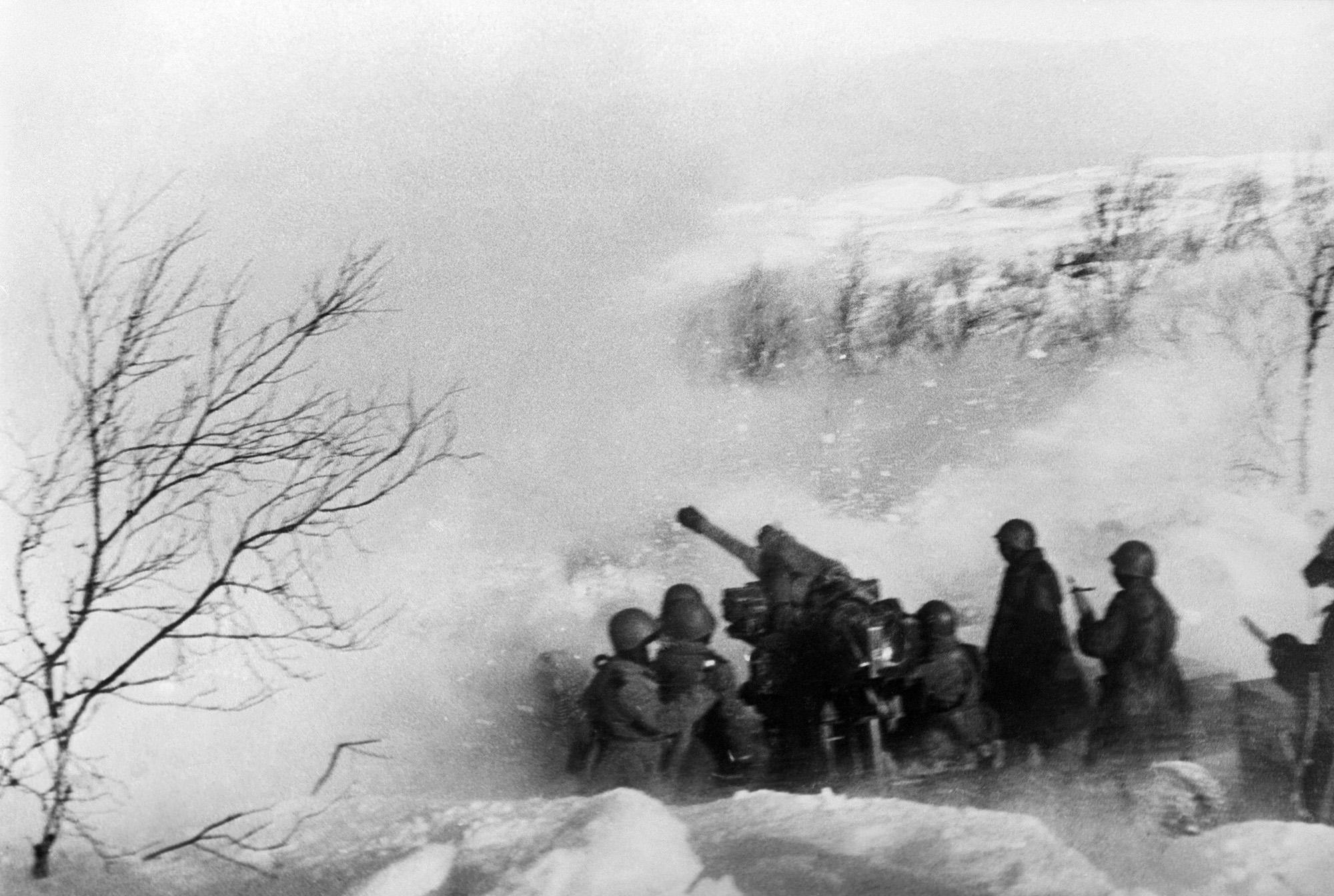 выстрел из 85-мм зенитного орудия