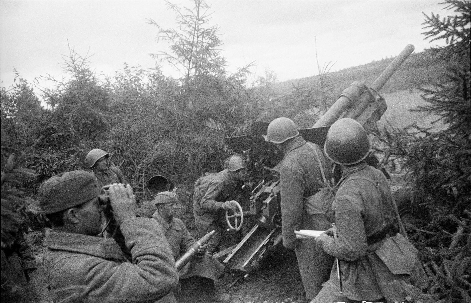 Расчет пушки УСВ ведет огонь с закрытой позиции
