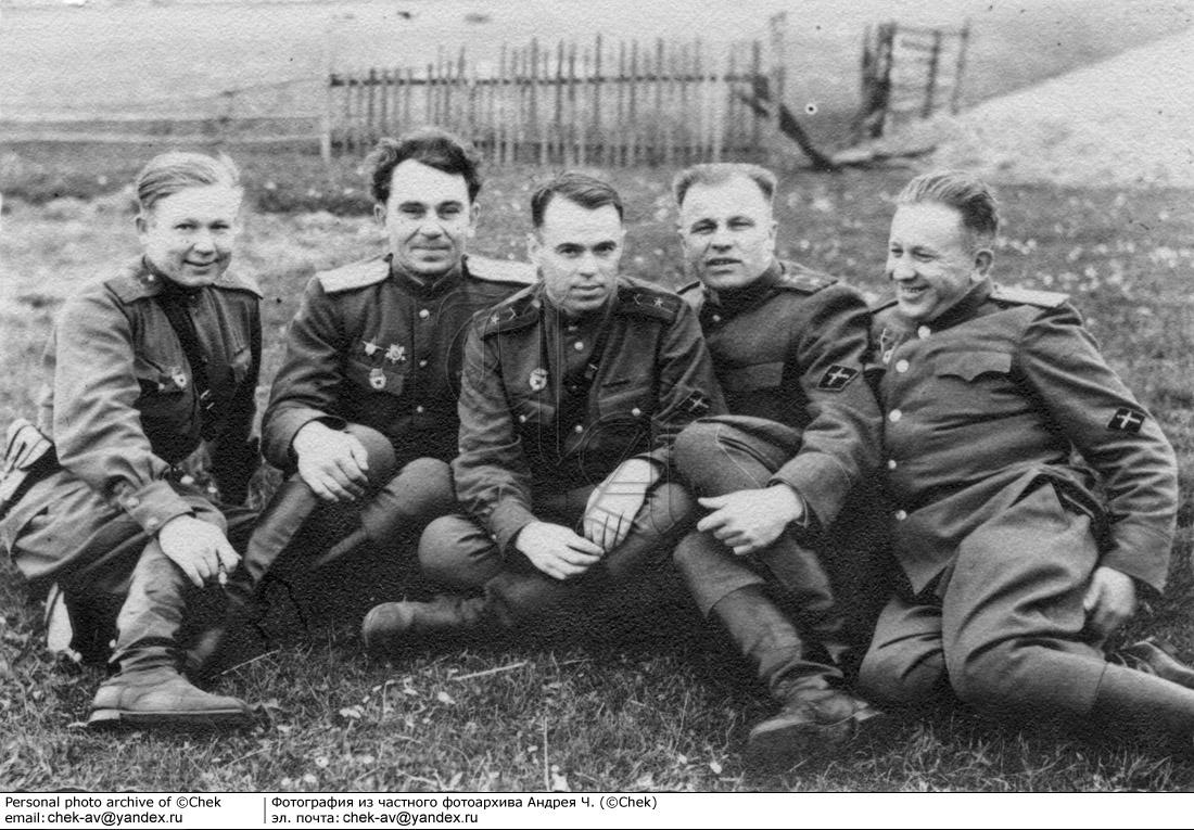 артиллеристы с нарукавным знаком противотанковой артиллерии ИПТА