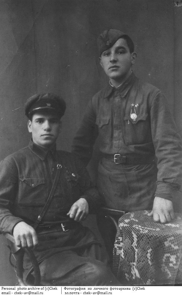 Рядовые РККА в гимнастерках. 1941 г.