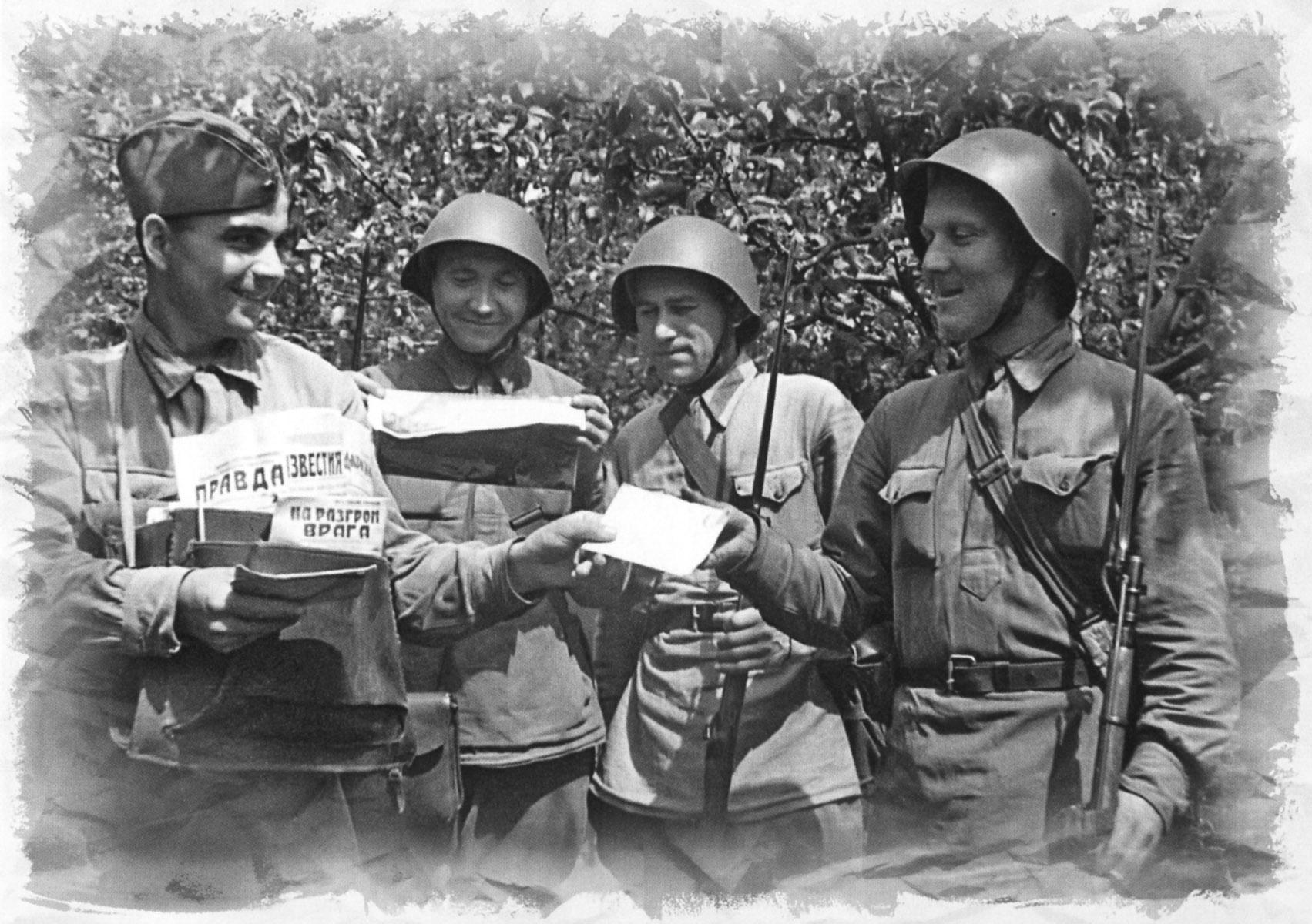 Рядовые РККА в гимнастерках. 1942 г.