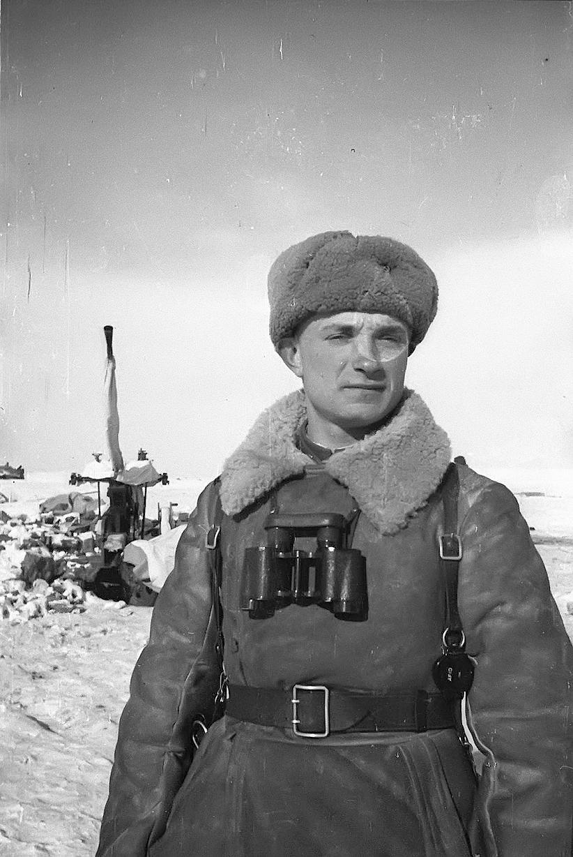 Офицер Красной Армии в полушубке.