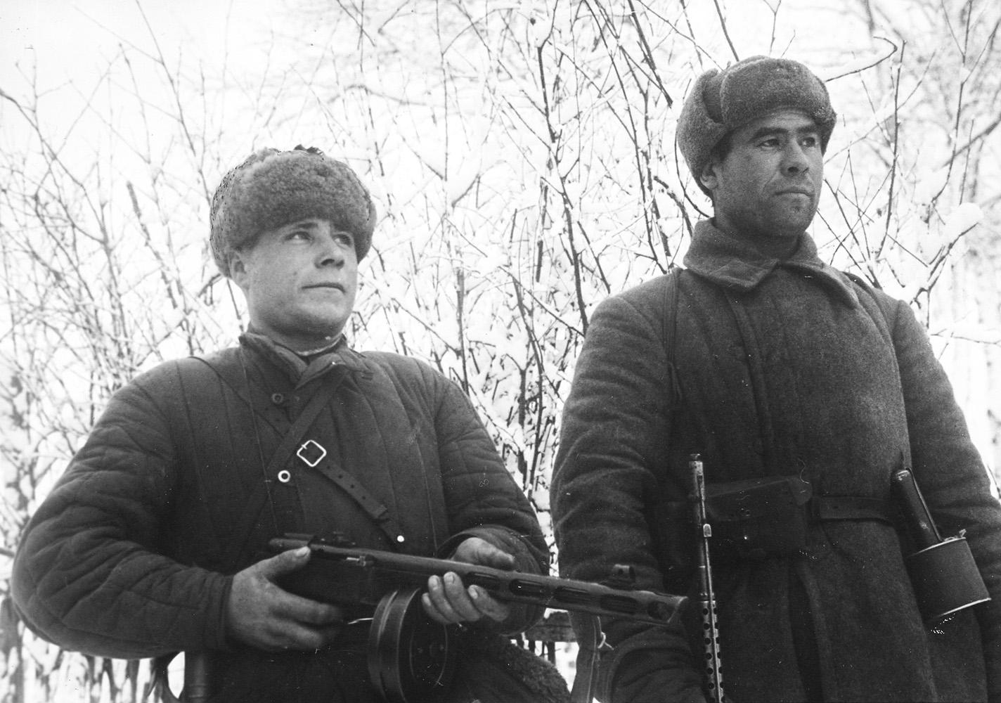 Солдат в шинели рядового состава РККА.