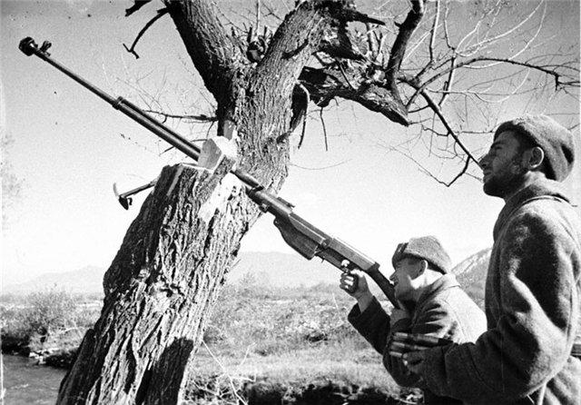 Советские бронебойщики ведут огонь из ПТРС по воздушным целям