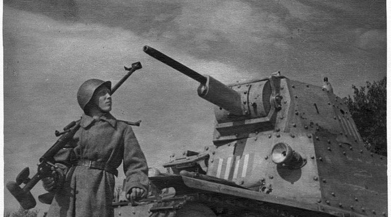 фото бронебойщик с ПТРД у подбитого танка.