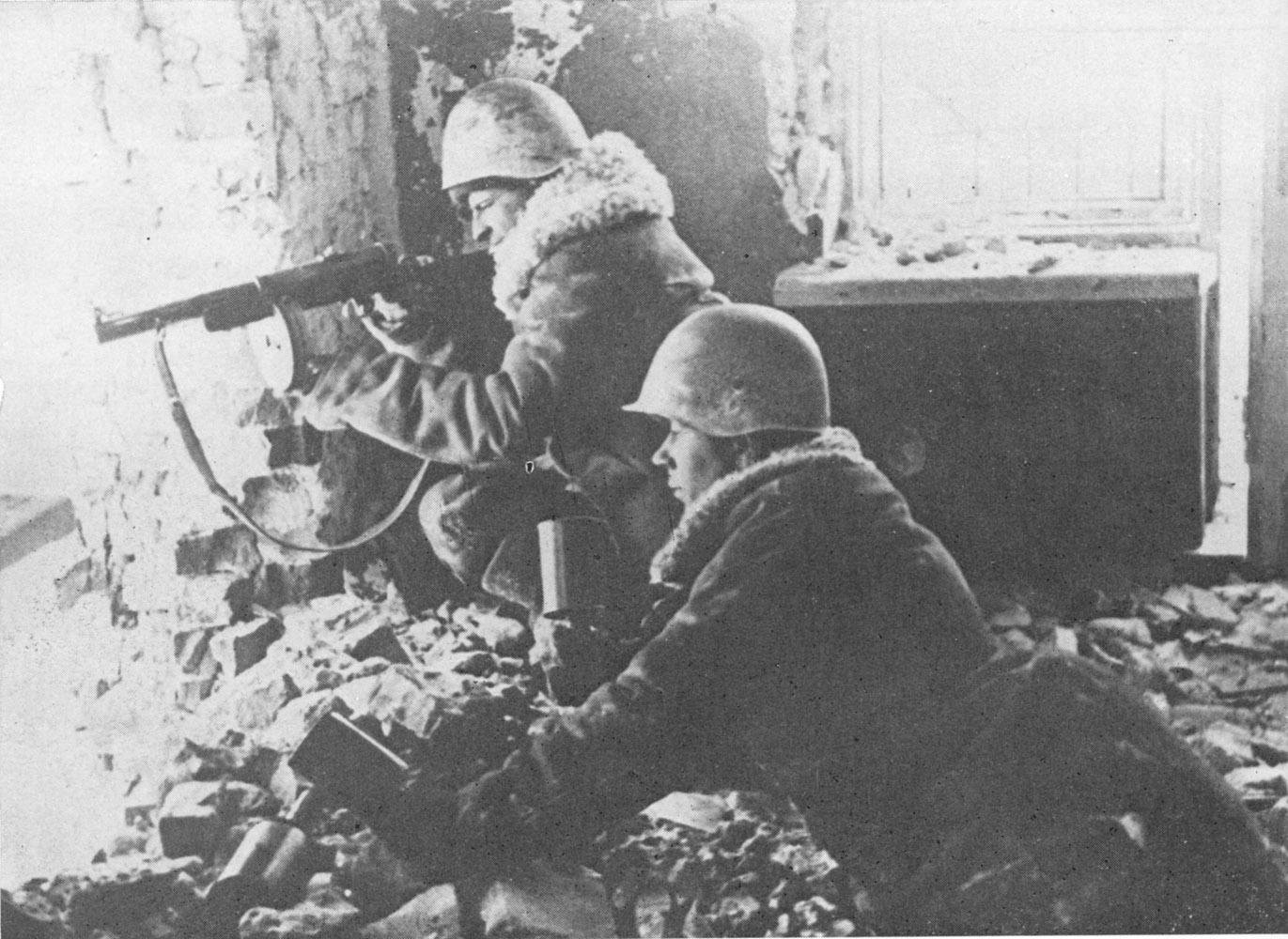 """советские солдаты ведут бой с РПГ-40 """"Ворошиловский килограмм"""""""