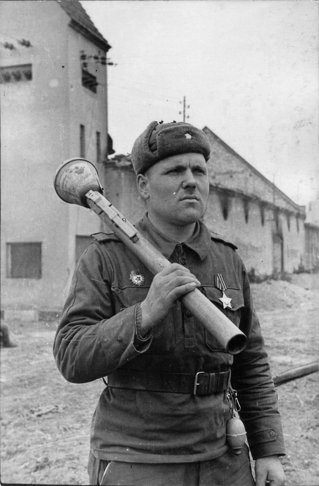 Красноармеец с противотанковым гранатометом фаустпатрон